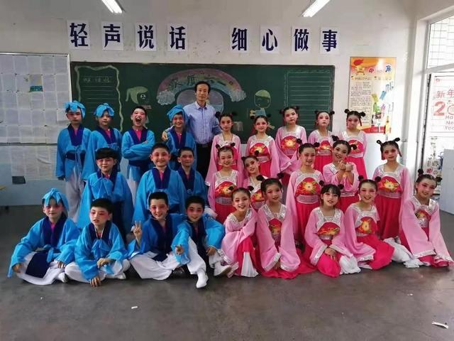 合肥蜀山区戏剧家协会主席何永东和孩子们在一起