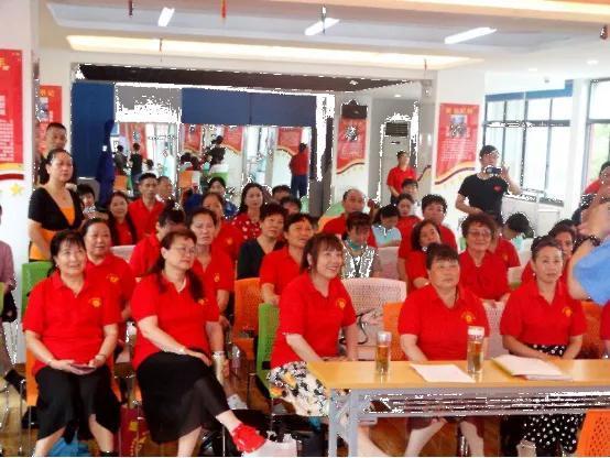 安徽省黄梅戏剧院时应远老师与黄梅戏学员朋友们在一起